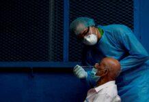 Personal médico realiza pruebas
